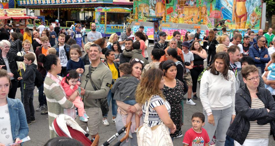 zu sehen sind viele Gäste und Besucher der Bouser Kirmes an der Eroeffnung