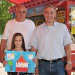 zu sehen ist die Gewinnerin des Malwettbewerbs 2018 für das Plakat 2019 Zerina Demir mit Schausteller Arnold Roos und Buergermeister Stefan Louis