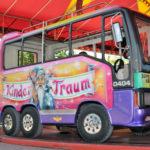 zu sehen ist ein kleiner Bus auf dem Kinderfahrgeschäft von Arnold Roos Bus auf Fahrgeschäft von Arnold Roos