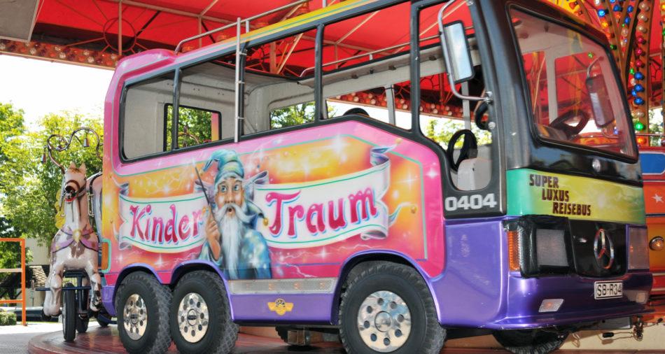 Bus auf Fahrgeschäft von Arnold Roos