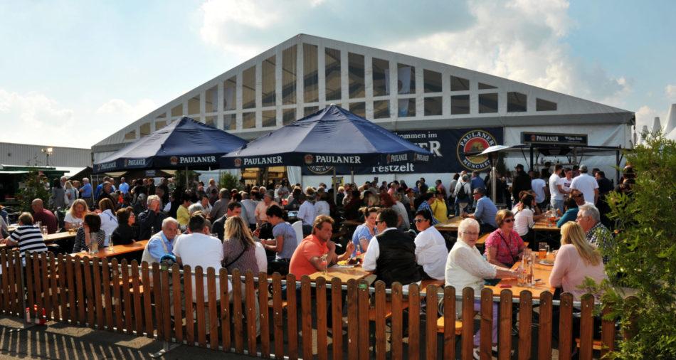 ein voller Biergarten bei schönem Wetter am Bouser Oktoberfest