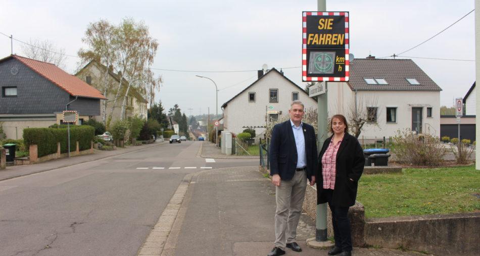 zu sehen sind Buergermeister Stefan Louis und die Leiterin der Ortspolizeibehoerde Birgit Laschet vor der Geschwindigkeitsmessanlage in der Griesborner Straße