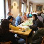 zu sehen sind Teilnehmer und Gäste beim Apfelkuchenwettbewerb