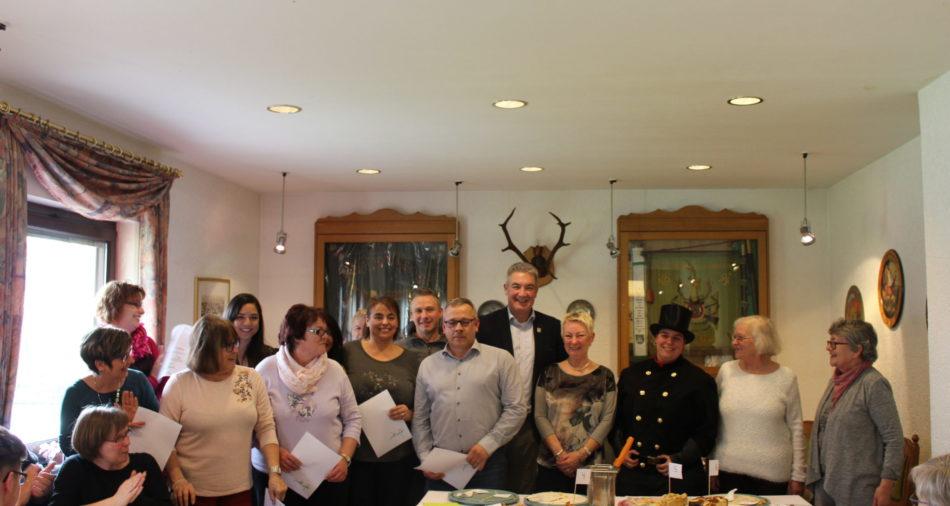zu sehen ist das Abschlussfoto der Bäckerinnen und des Bäckers sowie der Jury zum Apfelkuchenwettweberb