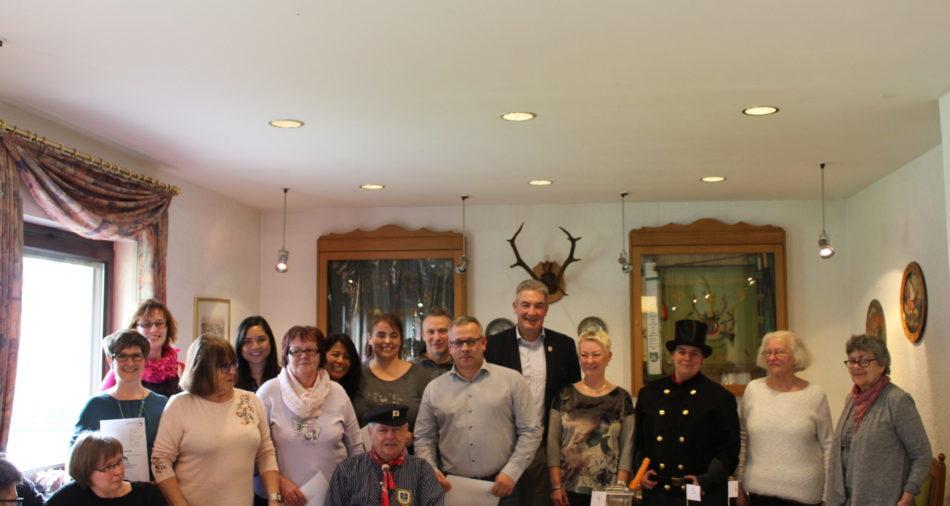 zu sehen ist die Jury und die Teilnehmer des Apfelkuchenwettbewerbes mit dem Ehepaar Altpeter im Schützenhaus